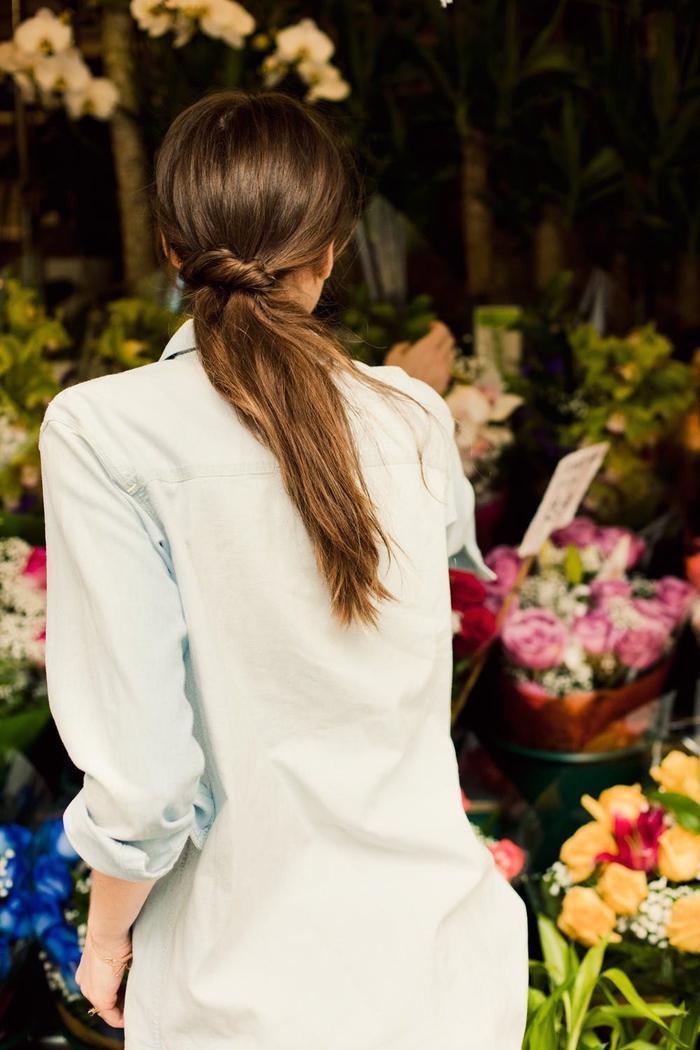 une coiffure queue-de-cheval nouée pour un look décontractée et un joli rendu crée sans efforts