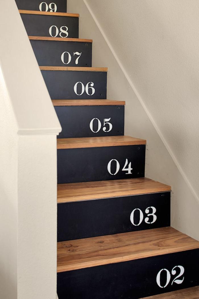 exemple pour repeindre un escalier de peinture ardoise noire avec des chiffres blancs, contremarches numérotées et marches en bois