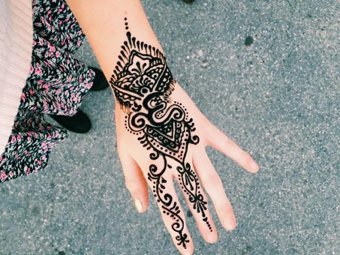 henné tatouage, art corporel pour femme, dessin au henné noir sur la main et les doigts pour femme