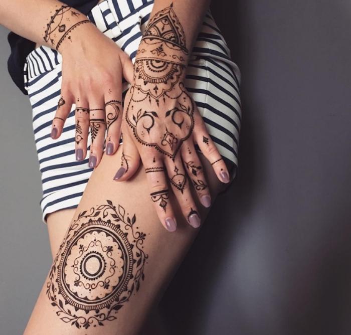 motif henné, tatouage temporaire pour femme, dessin sur jambes et mains aux motifs ethniques