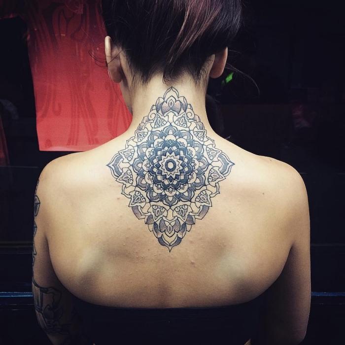 tatouage au henné, dessin au henné noir sur le dos, tatouage à design mandala florale pour femme