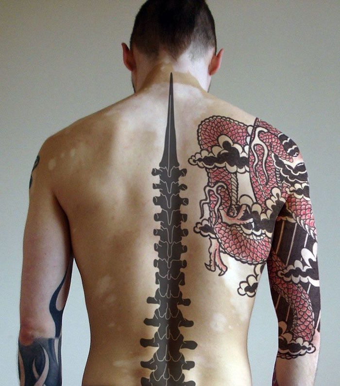 1001 id es tatouage dos homme sous le signe du verso - Tatouage homme dragon ...