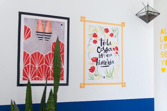 des cadres photo en washi tape noir et jaune, photographie et dessins intéressants sur un mur en blanc et bleu, diy chambre