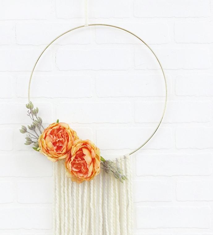 Un anneau en metal avec des chutes de fils de laine et decoration de - Comment decorer un mur avec des cadres ...