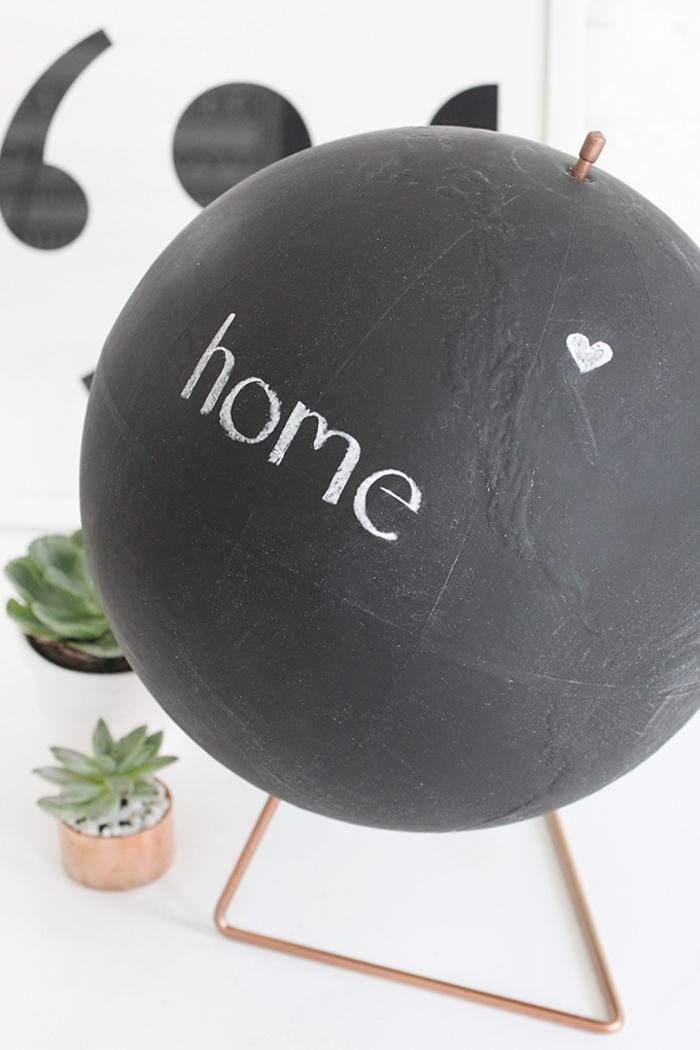 un projet diy déco maison original avec une globe terrestre et de la peinture ardoise, idée originale pour