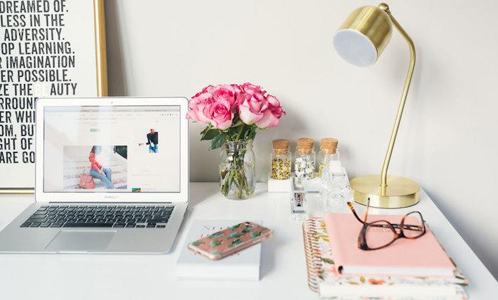 comment décorer sa chambre, diy deco bureau avec pot en verre rempli de roses, petites fioles avec des fournitures de bureau, texte citation dans un cadre doré