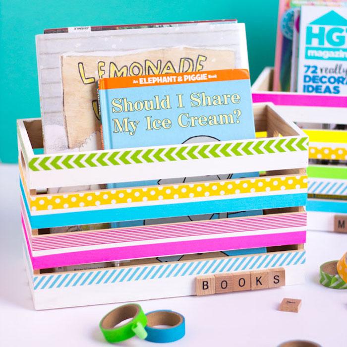 diy rangement deco, cagette bois décoré de bandes de wahsi tape pour ranger les livres dans la chambre enfant