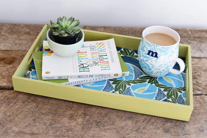 activité manuelle pour ado, diy idee creation deco, plateau de service avec fond décoré de tissu imprimé floral, livres, plantes, tasse de café