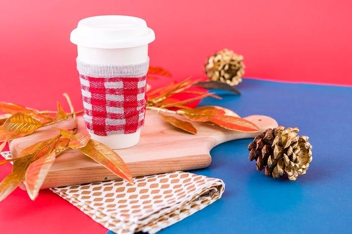 un manchon pour tasse à café réalisé avec une chaussette, une activité manuelle pour l'automne dans l'esprit récup