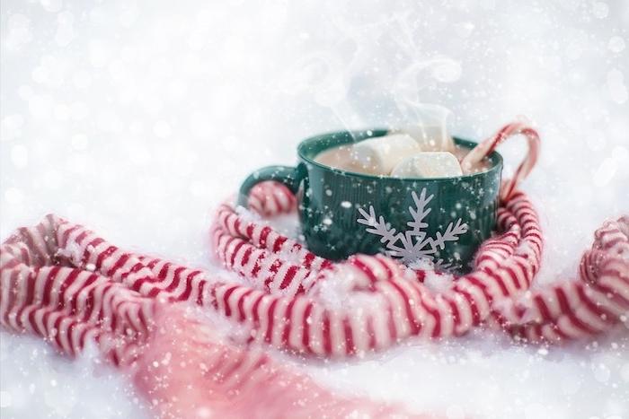 idée boisson chocolat chaud et guimauves marshmallow, tasse verte décorée d un flacon de neige blanc, écharpe en blanc et rouge, fond blanc, imitation flacons de neige, wallpaper noel