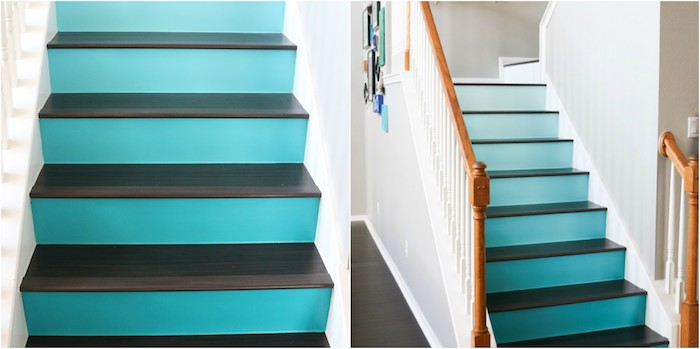 escalier repeint à effet ombré, couleur bleue et marches couleur noire, rampe en bois naturelle et peinture blanche, deco de cadres sur un mur