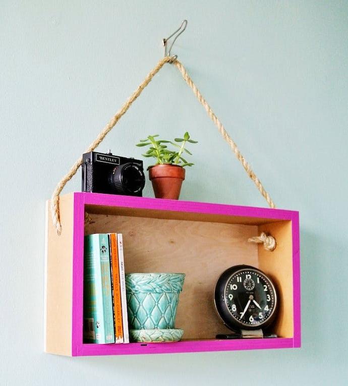 etagere cgatte de vois avec une bordure colorée, suspendue à une corde, diy rangement accessoires deco, livres, appareil photo, réveil, pots de fleurs