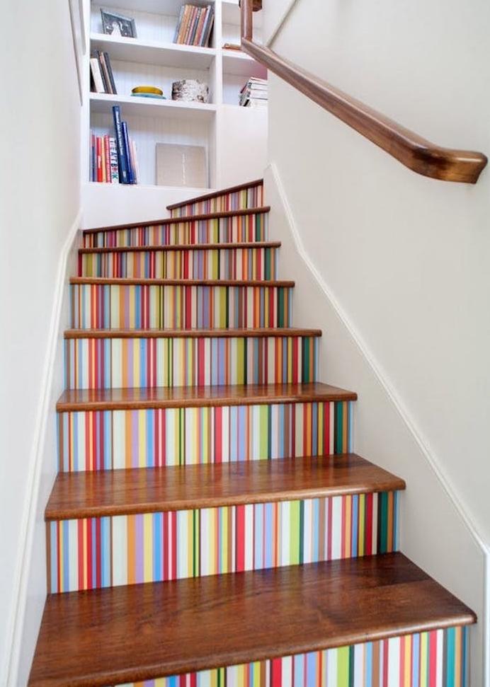 déco montée d escalier, stickers auticollants à motif rayures colorées et marches en bois, une bibliothèque blanche dans un mur