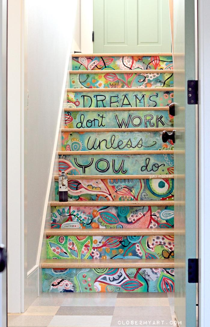 escalier repeint à la main à motifs floraux colorés, écriture en lettes noires, idée déco monee escalier haut en couleurs