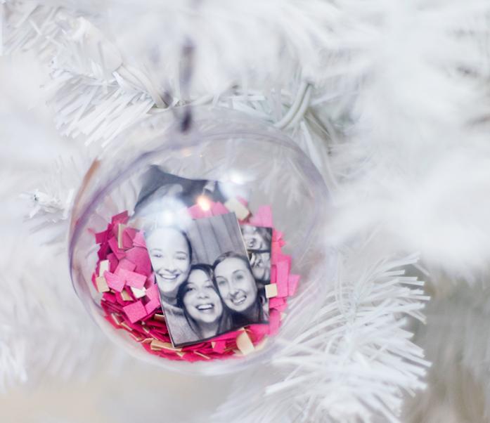 boule de noel en plastique transparente à décorer de paillettes rose, photo meilleures amies sur un sapin de noel blanc, activité manuelle noel