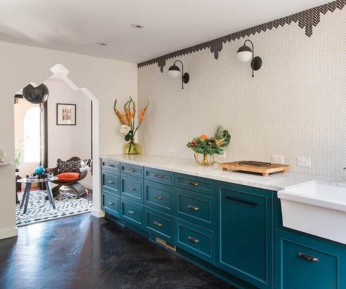 idée de façade cuisine nuance bleu pétrole, parquet gris anthracie, plan de travail marbre et mur à motifs géométriques
