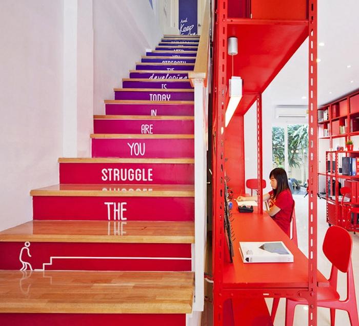 comment repeindre un escalier en violet, fuchsia et rouge et marches en bois avec écriture, texte blanc, effet ombré, bureau enfant rouge