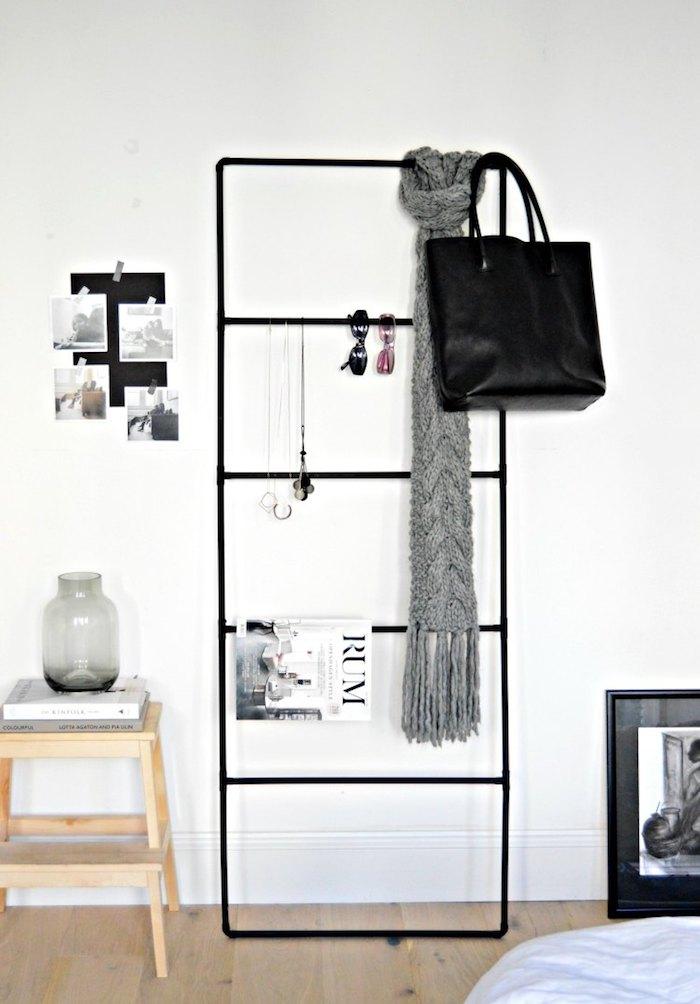 echelle decorative noire, diy rangement, idee creation deco, ranger des accessoires deco, écharpe, collier, sac amain, porte magazines, parquet clair