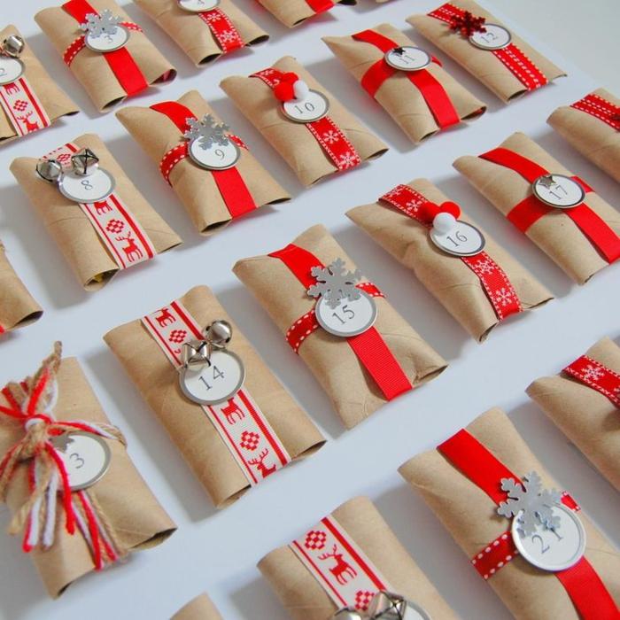 fabriquer calendrier de l'avent, rubans rouges et rouleaux en carton pour une déco de noel créative