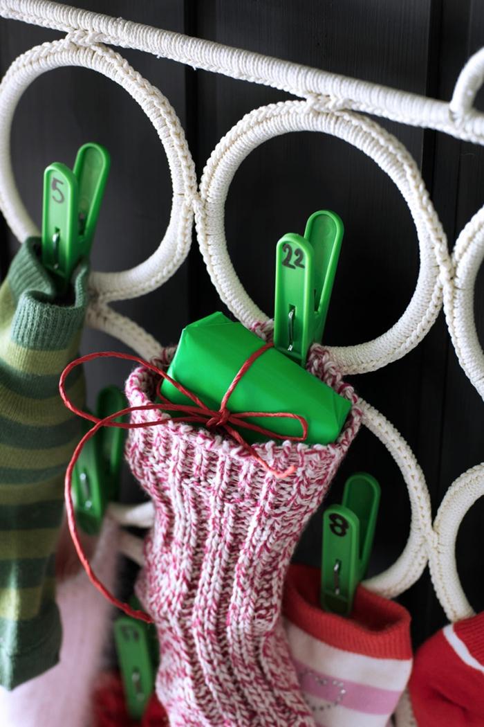 fabriquer calendrier de l'avent facile, chaussettes mauves et pinces à linge verts