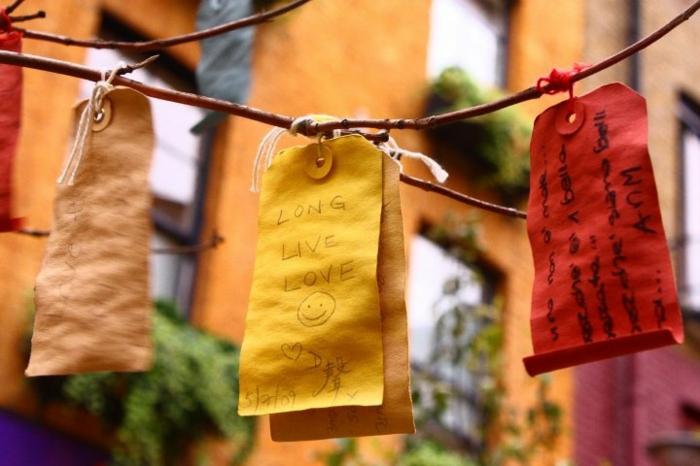 fabriquer calendrier de l'avent facile, des sacs en papier coloré accrochés à un arbre