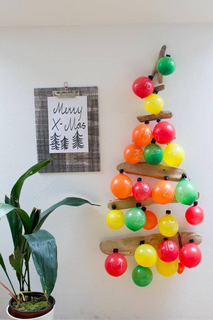 fabriquer un calendrier de l'avent, ballons arrangés en forme de sapin