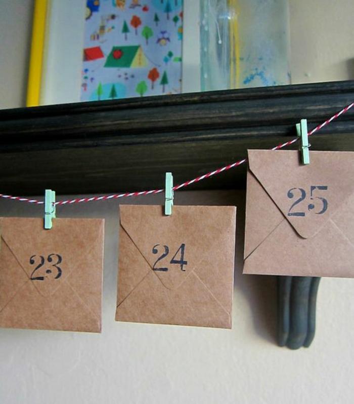 fabriquer un calendrier de l'avent, une ficelle, corde et des enveloppes attachées