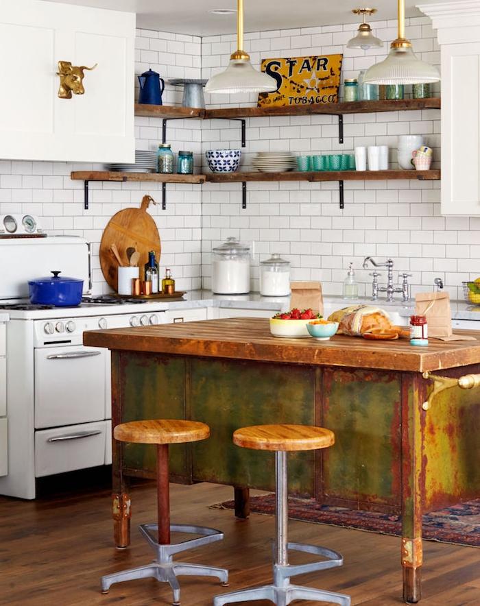 cuisine campagne chic avec facade cuisine blanche, piano de cuisson blanc, établi en fer rouillé avec plateau en bois, carrelage credence blanche, etagere d angle en bois et metal