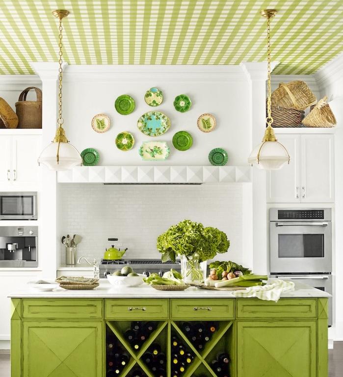 cuisine campagne chic avec facade meuble blanc, électroménager inox encastré, ilot central vert, vaisselle décorative et plafond vert, paniers décoratifs