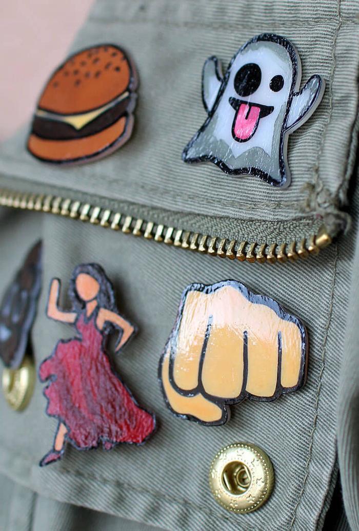 customiser sa veste avec des stickers emojis en plastique faits maison, une activité manuelle adulte que les enfants vont adorer aussi