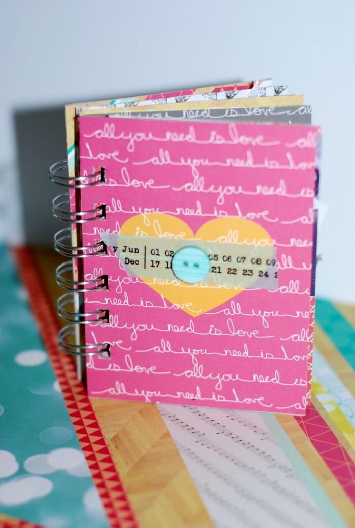 créer un album photo personnalisé à couverture rose et lettres blanches, comment faire un carnet diy