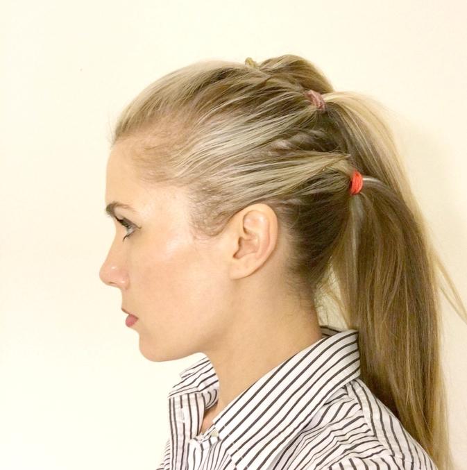 une coiffure cheveux attachés en faux hawk, réalisé partir de petites queues-de-cheval