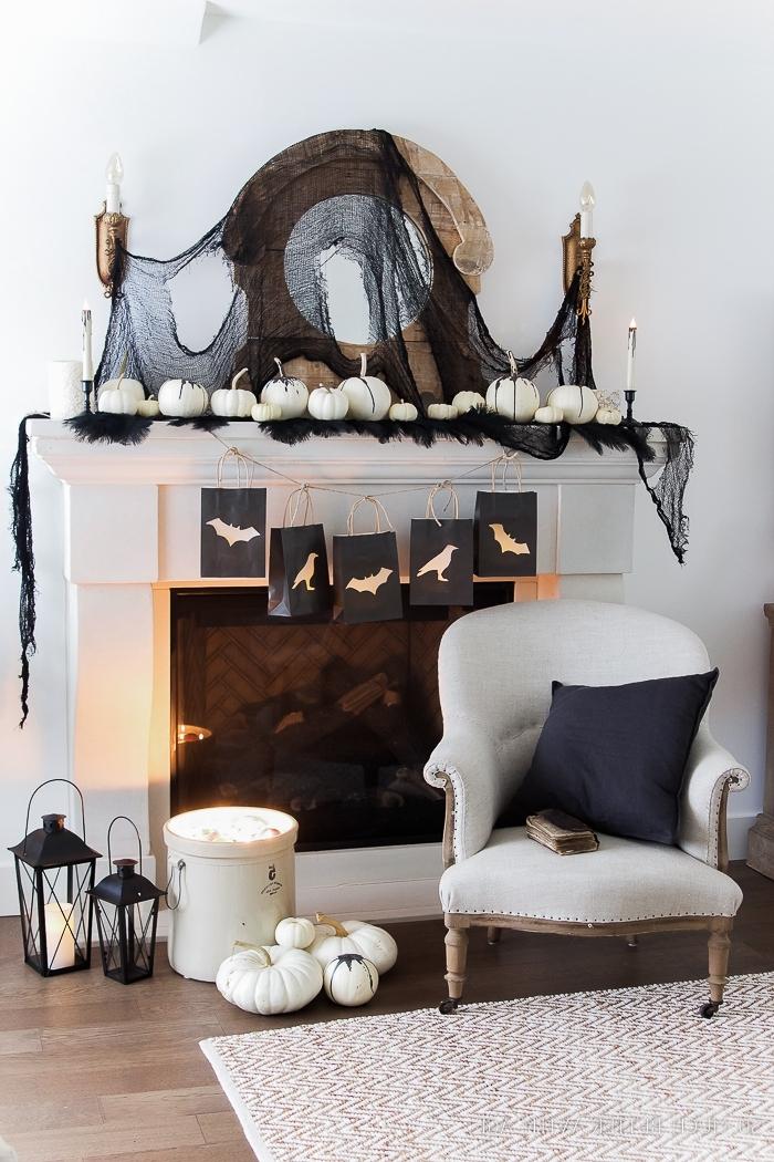 deco halloween, salon aux murs blancs et cheminée blanc et noir avec parquet stratifié et tapis blanc et rouge