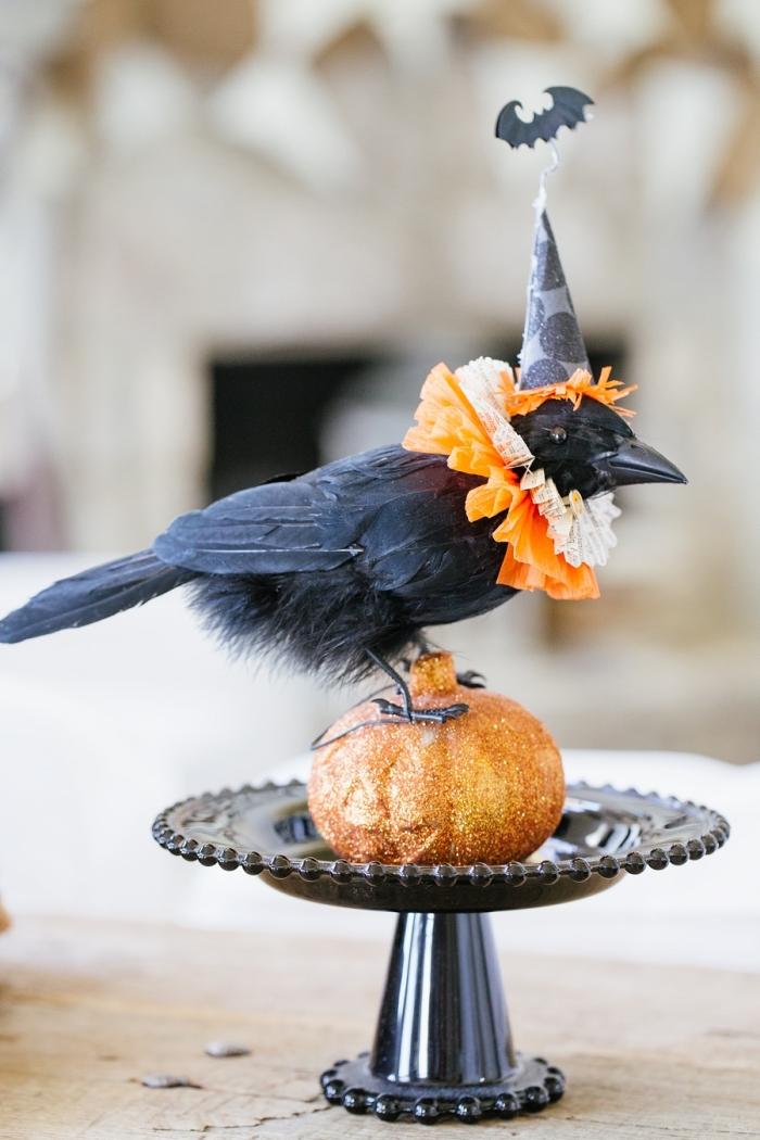 accessoire décoratif pour Halloween avec figurine oiseau artificiel noir et petite citrouille orange sur base plate noire
