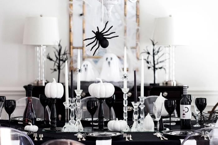 soirée halloween, décoration de la table Halloween en blanc et noir avec nappe noire et citrouilles blanches