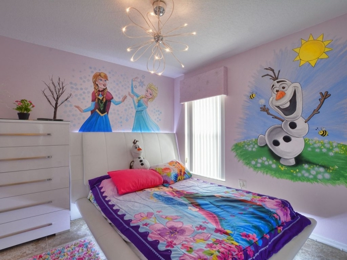 lit reine des neiges, dessin Olaf Elsa et Anna sur les murs, petite fenêtre à stores blancs, tapis à pompons multicolore