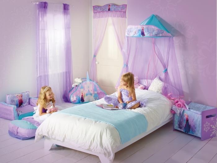 peinture interieur, chambre fille aux murs violets et sol blanc, rideaux longs en bleu et violet, meubles à design reine des neiges