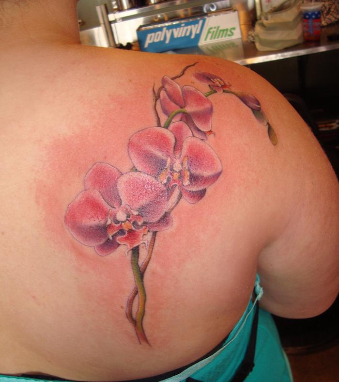dessin orchidée rose épaule femme tattoo de fleurs