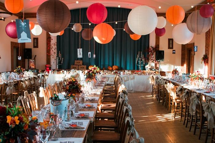 idées décoration mariage à faire soi même, chaises en tables en bois rustiques, centre de table citrouilles creusées, lanternes chinoises, mariage automnal