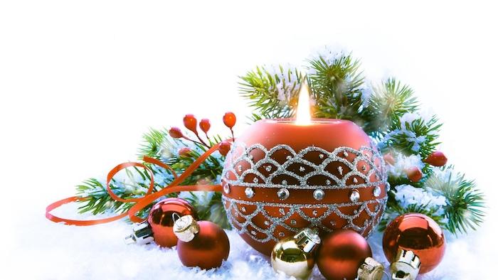 fond ecran noel en bougie decorative rouge marron, décorations à motifs argentés, boules de noel rouges et dorées, branches de pin, neige artificielle