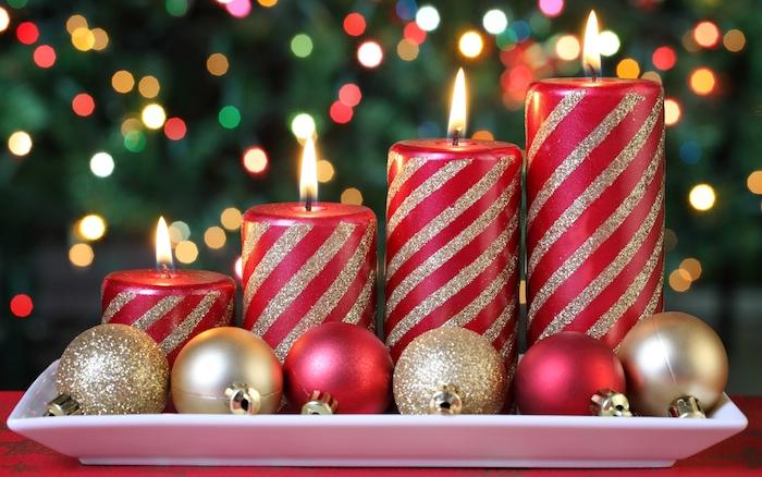 idée de centre de table noel, images de noël gratuites, boules de noel rouges et dorées, bougies rouges aux rayures pailletées, sapin de noel sur le fond