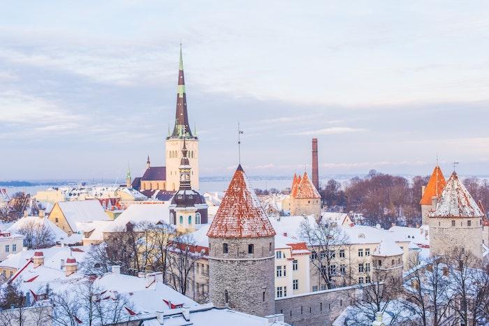 paysage hiver fond ecran, tallin sous l emprise de la neige, cadre urbain de batiments publiques couverts de neige