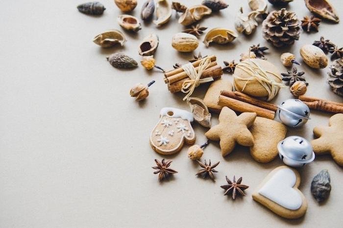 fond d écran noël en biscuits, cannelle, pommes de pin et noix, idée carte de noel gratuite gourmande