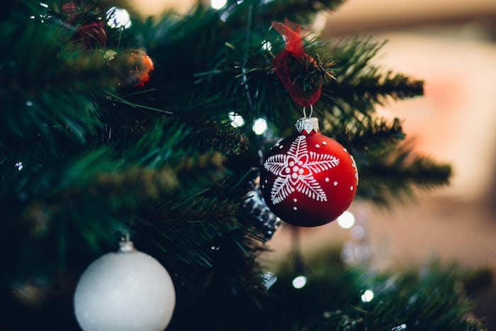 images de noël gratuites, sapin de noel naturel décoré de boules de noel rouges et blanches