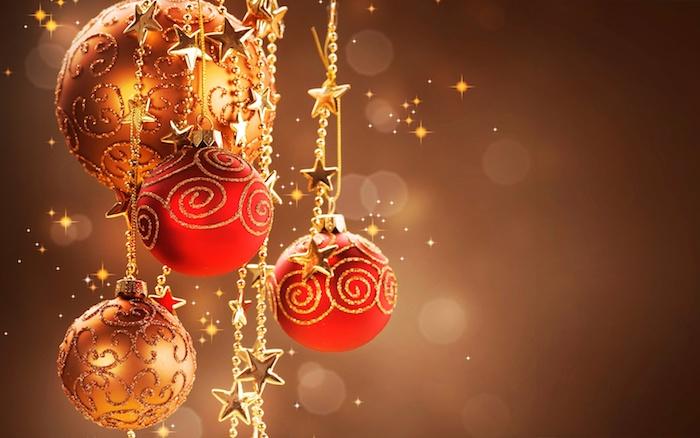des boules de noel rouges et dorées pailletées et petites guirlandes de perles et etoiles dorées sur un fond marron, wallpaper noel
