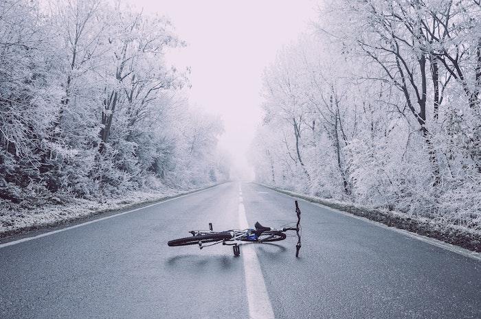 paysage enneigé, fond d écran hiver, chaussée au milieu d une foret sous la prise de la neige avec beaucoup d arbre, velo au milieu de la rue, fond d écran noel hd