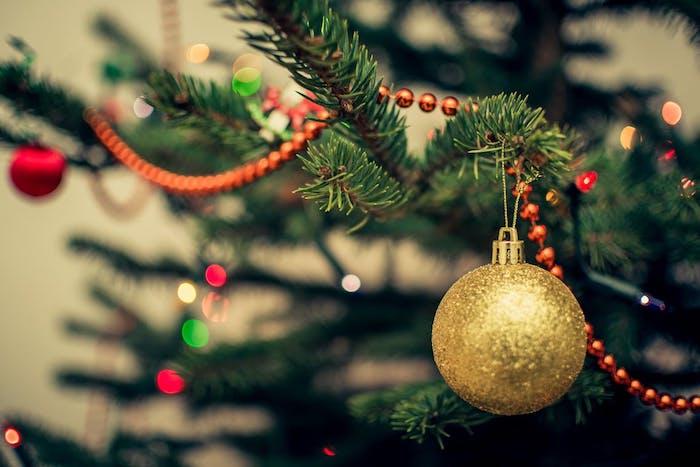 images de noël gratuites, sapin de noel décoré de guirlande de perles rouges et boule de noel dorée