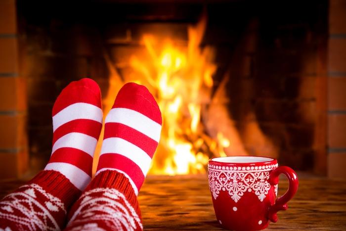 images de noël gratuites, cheminée romantique, chaussettes rouges et blanches et une tasse de chocolat chaud, ambiance hygge, cocooning