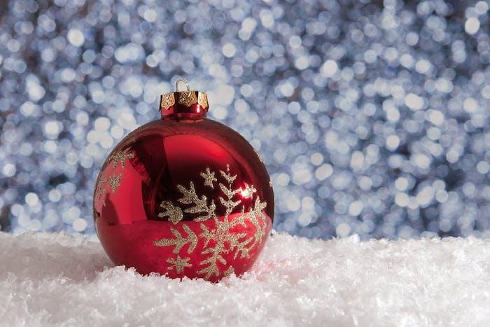 idée d fond ecran noel simple en boule de noel rouge décorée de flacon de neige pailletée, neige artificielle