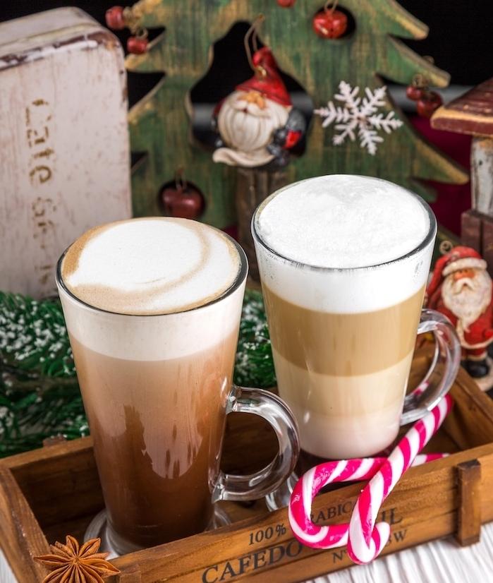 fond d ecran de noel, chocolat chaud dans des tasses en verre posées dans un panier en bois, decorations noel, motifs père noel et arbre de noel